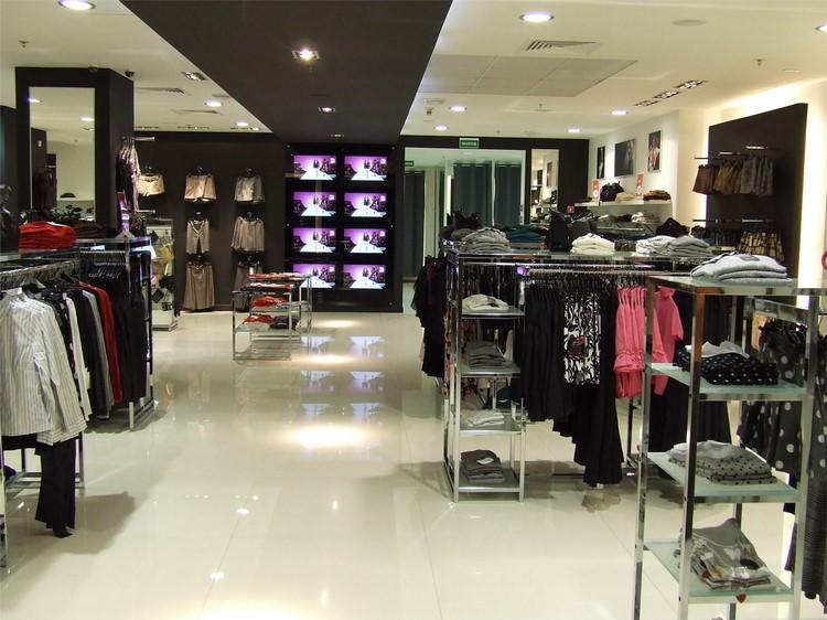 97b7f074c0a ... при этом можно было подробно изучить все особенности товара. С этой  целью и создано особенное торговое оборудование для магазина одежды и  аксессуаров.